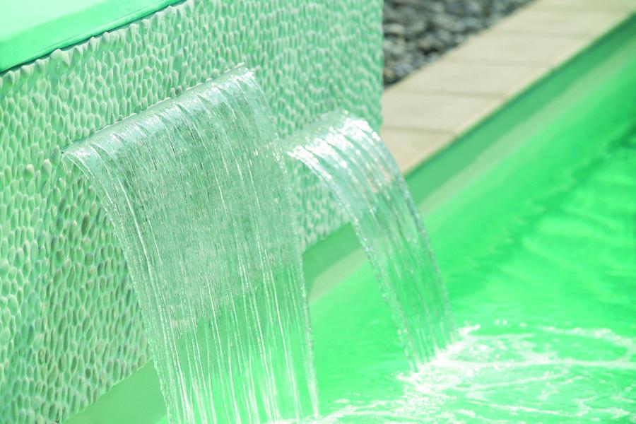 El detalle que marca la diferencia: el murmullo de una cascada en tu piscina